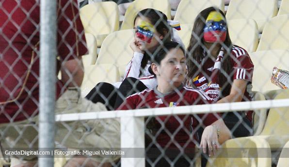 http://www.gradadigital.com/principal/images/stories/aficionadas_tristeza_venezuela_chile_09062012.jpg